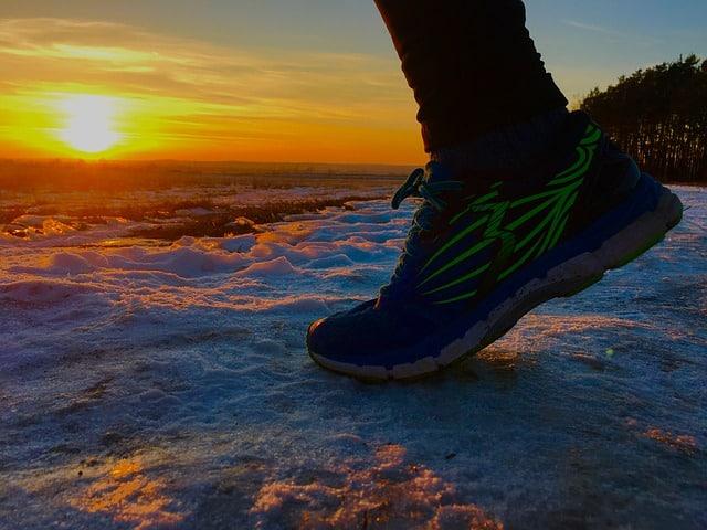 foto de zapatillas de deporte en la nieve